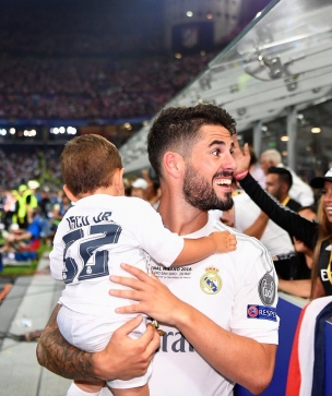 MILAN, ITALY - MAY 28: Isco of Real Madrid holding his child celebrates after the UEFA Champions League Final between Real Madrid and Club Atletico de Madrid at Stadio Giuseppe Meazza on May 28, 2016 in Milan, Italy.. (Photo by Stuart Franklin - UEFA/UEFA via Getty Images)