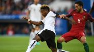 Austria's midfielder David Alaba (L) and Portugal's midfielder Joao Moutinho vie for the ball during the Euro 2016 group F football match between Portugal and Austria at the Parc des Princes in Paris on June 18, 2016. / AFP / MARTIN BUREAU (Photo credit should read MARTIN BUREAU/AFP/Getty Images)