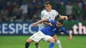LILLE, FRANCE - JUNE 22: Seamus Coleman of Republic of Ireland and Mattia De Sciglio of Italy compete for the ball during the UEFA EURO 2016 Group E match between Italy and Republic of Ireland at Stade Pierre-Mauroy on June 22, 2016 in Lille, France. (Photo by Matthias Hangst/Getty Images)
