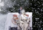 MADRID, SPAIN - MAY 29: Captain Sergio Ramos of Real Madrid places a Real Madrid scarf at Cibeles statue during their team celebration at Cibeles Square after winning the UEFA Champions League Final match against Club Atletico de Madrid on May 29, 2016 in Madrid, Spain. (Photo by Burak Akbulut/Anadolu Agency/Getty Images)
