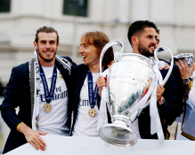 Isco holding the cup