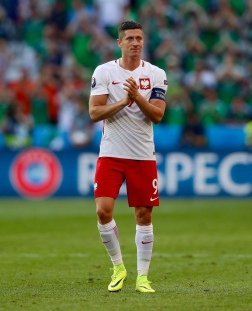 NICE, FRANCE - JUNE 12: Robert Lewandowski of Poland celebrates at full timel during the UEFA EURO 2016 Group C match between Poland v Northern Ireland at Allianz Riviera Stadium on June 12, 2016 in Nice, France. (Photo by Ian MacNicol/Getty Images)