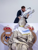 MADRID, SPAIN - MAY 29: Captain Sergio Ramos of Real Madrid kisses the Trophy as he touches Cibeles font head as he celebrate with his team and fans at Cibeles square after winning the Uefa Champions League Final match against Club Atletico de Madrid on May 29, 2016 in Madrid, Spain. (Photo by Gonzalo Arroyo Moreno/Getty Images)