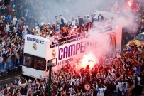 MADRID, SPAIN - MAY 29: Real Madrid CF players celebrate with their fans at Cibeles Square after winning the Uefa Champions League Final match against Club Atletico de Madrid on May 29, 2016 in Madrid, Spain. (Photo by Pablo Blazquez Dominguez/Getty Images)