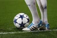 MADRID, SPAIN - FEBRUARY 15: Toni Kroos of Real Madrid prepares a free kick during the UEFA Champions League Round of 16 first leg match between Real Madrid CF and SSC Napoli at Estadio Santiago Bernabeu on February 15, 2017 in Madrid, Spain. (Photo by Angel Martinez/Real Madrid via Getty Images)